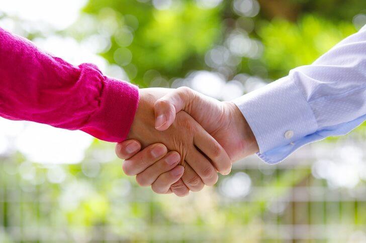 握手する夫婦