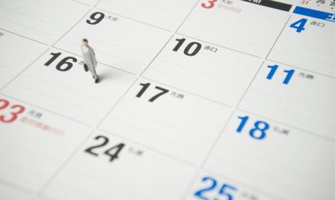 カレンダーの上に男性